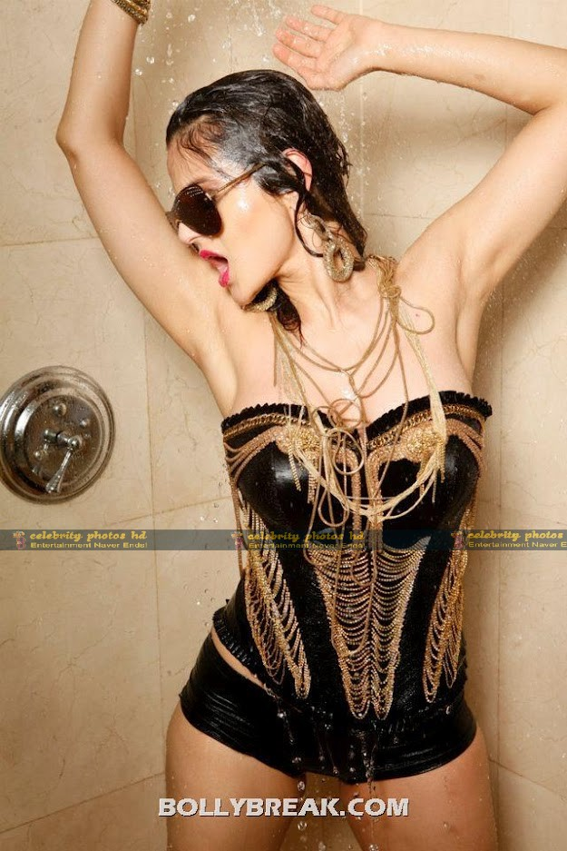 bollybreak_com_Amisha-is-a-rockstar-in-black-and-gold-chains-Ameesha-Patel-Hot-Bikini-Pics