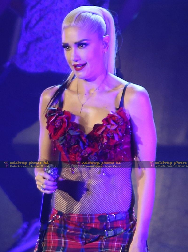 gwen-stefani-performing-in-vancouver_7