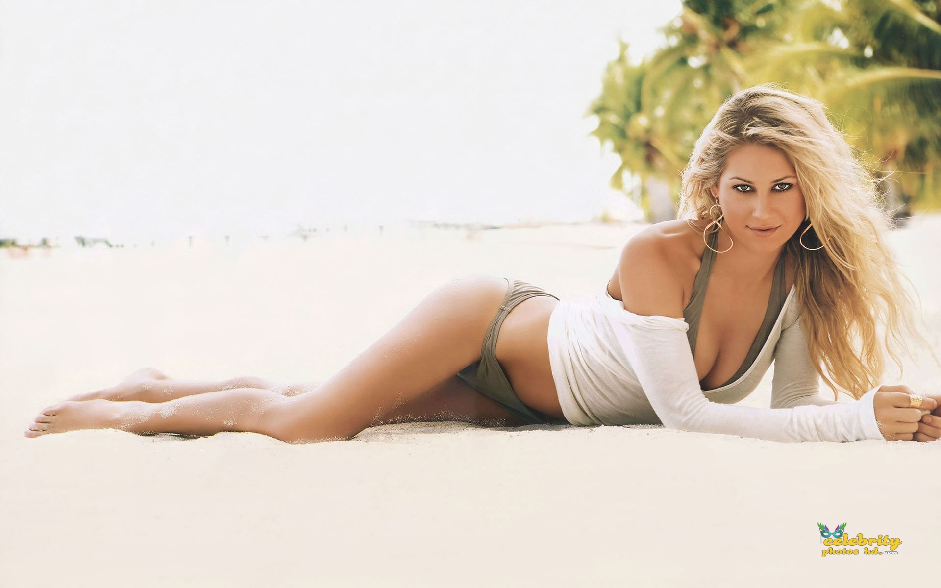anna-kournikova-at-the-beach