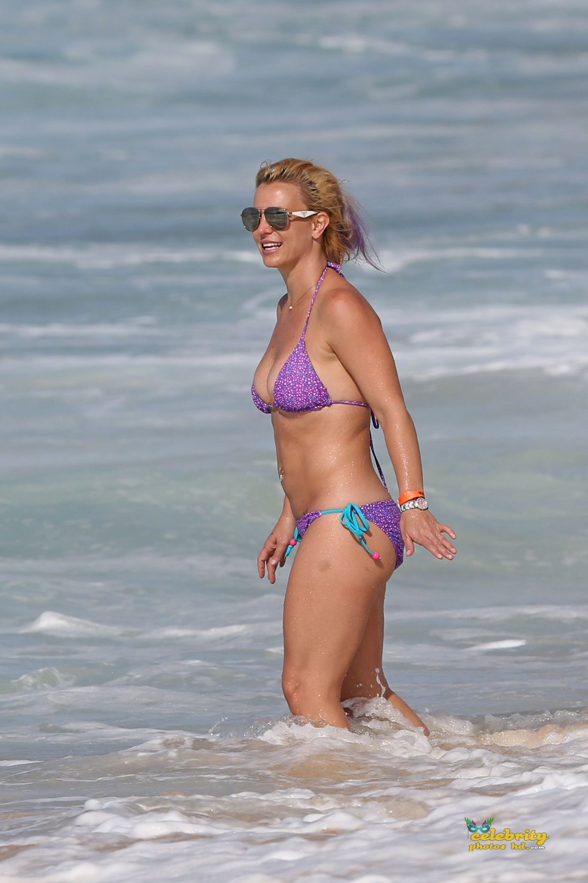 britney-spears-in-bikini-at-a-beach-in-hawaii-07-23-2015_10