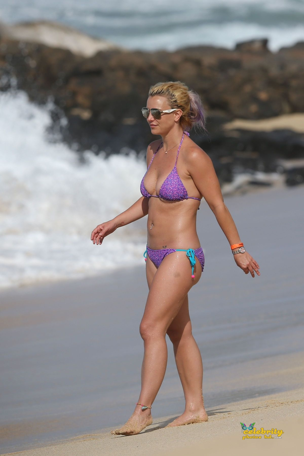 britney-spears-in-bikini-at-a-beach-in-hawaii-07-23-2015_14