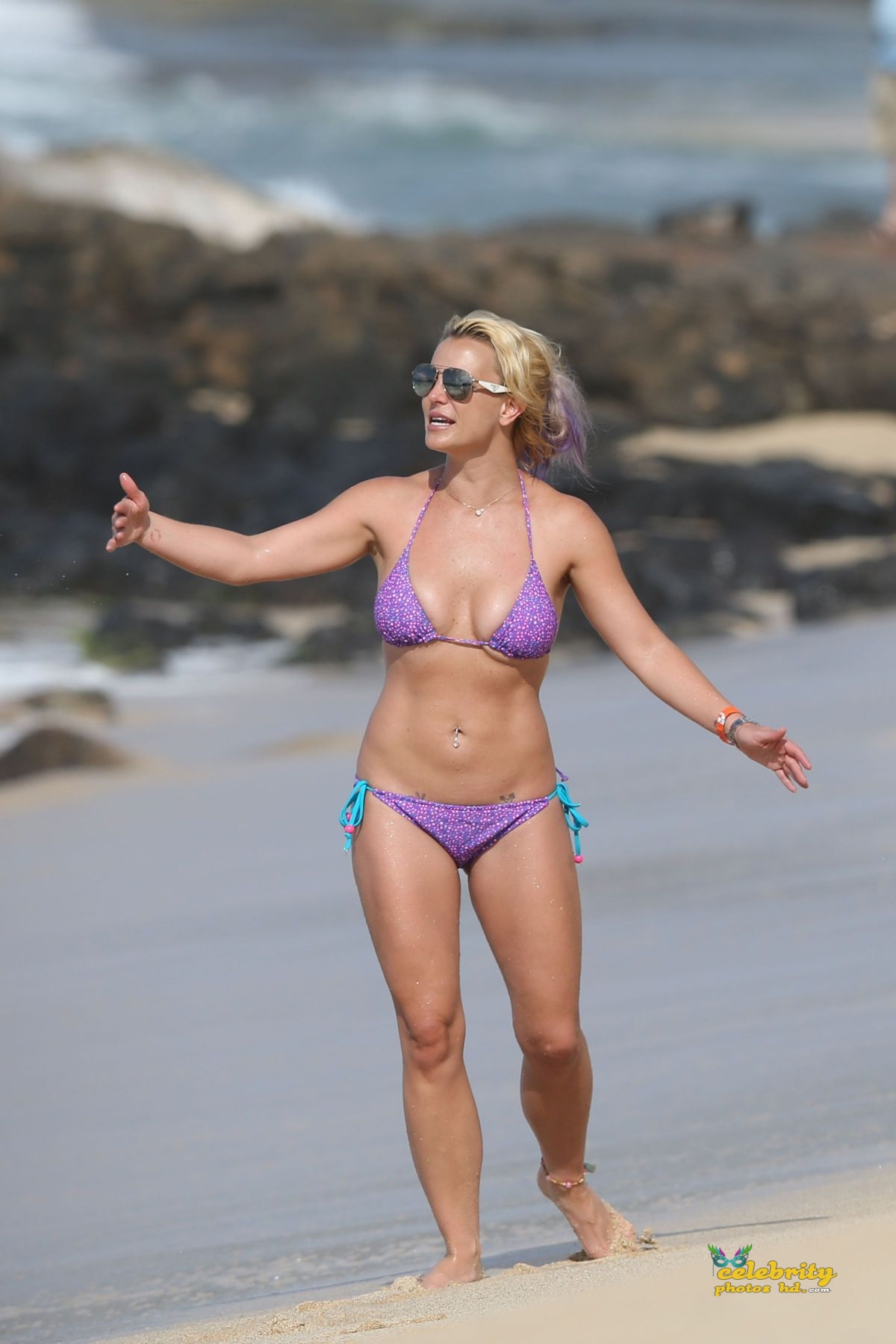 britney-spears-in-bikini-at-a-beach-in-hawaii-07-23-2015_24