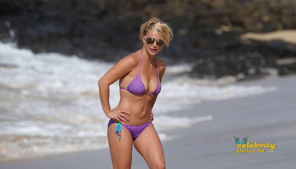 britney-spears-in-bikini-at-a-beach-in-hawaii-07-23-2015_28