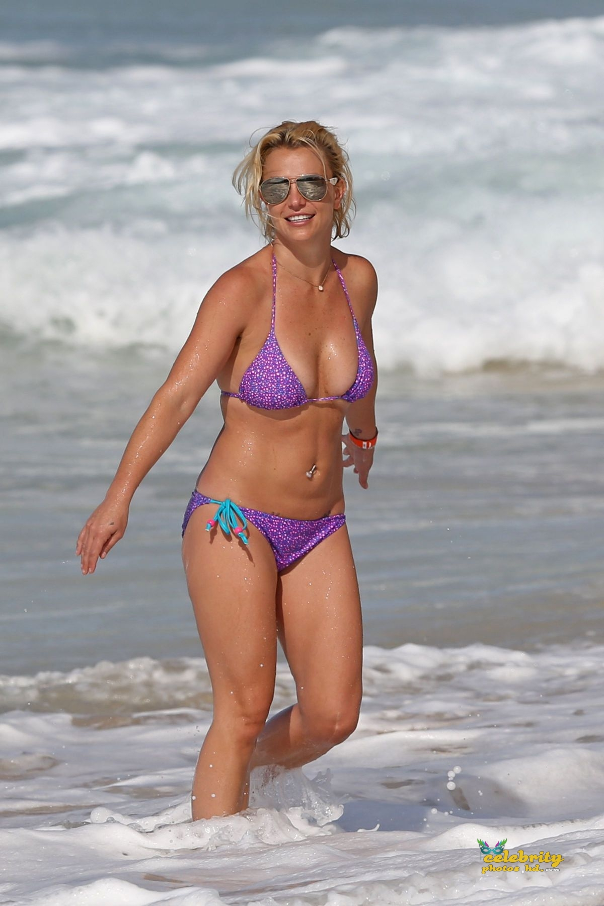 britney-spears-in-bikini-at-a-beach-in-hawaii-07-23-2015_3