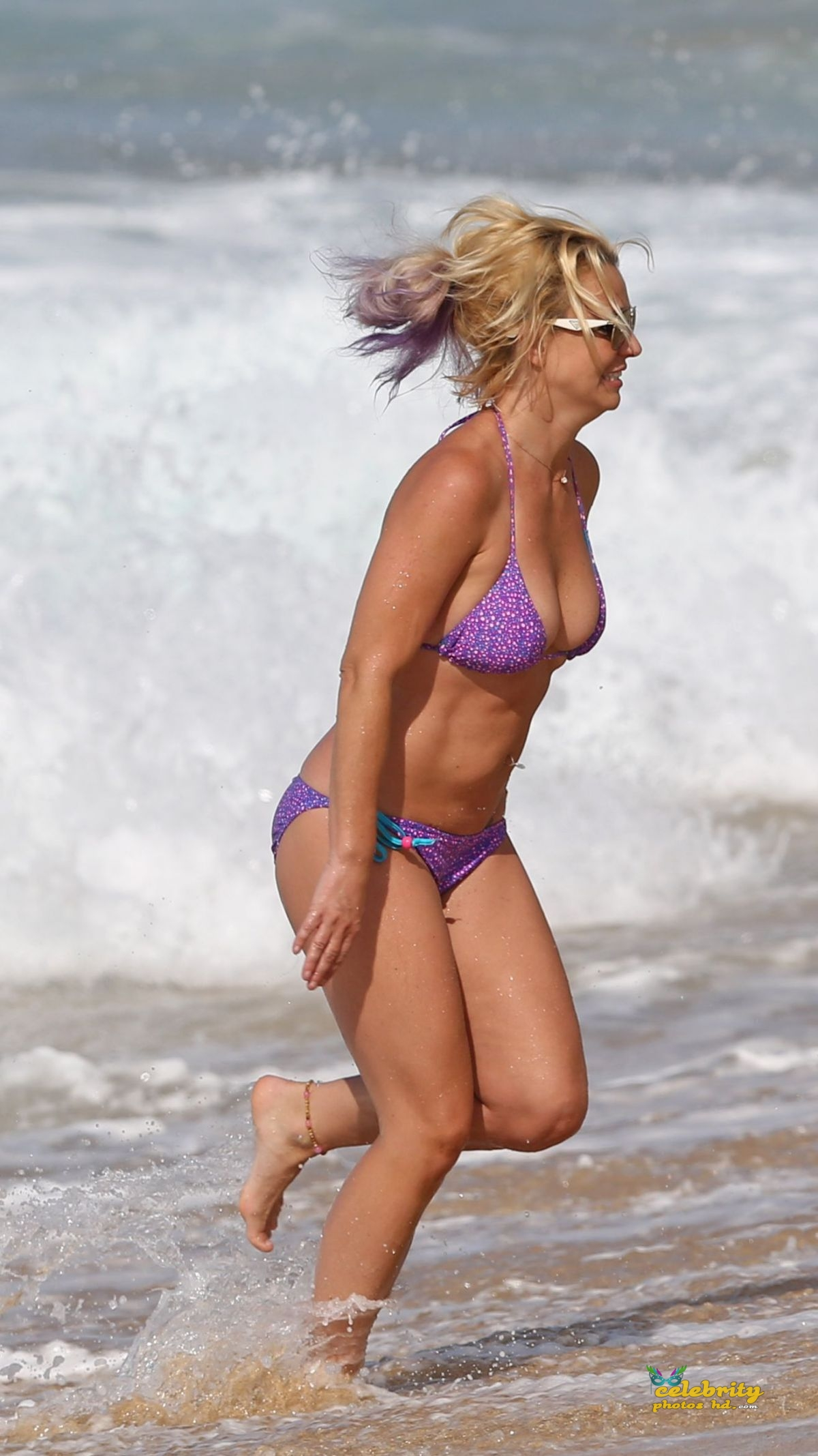 britney-spears-in-bikini-at-a-beach-in-hawaii-07-23-2015_5