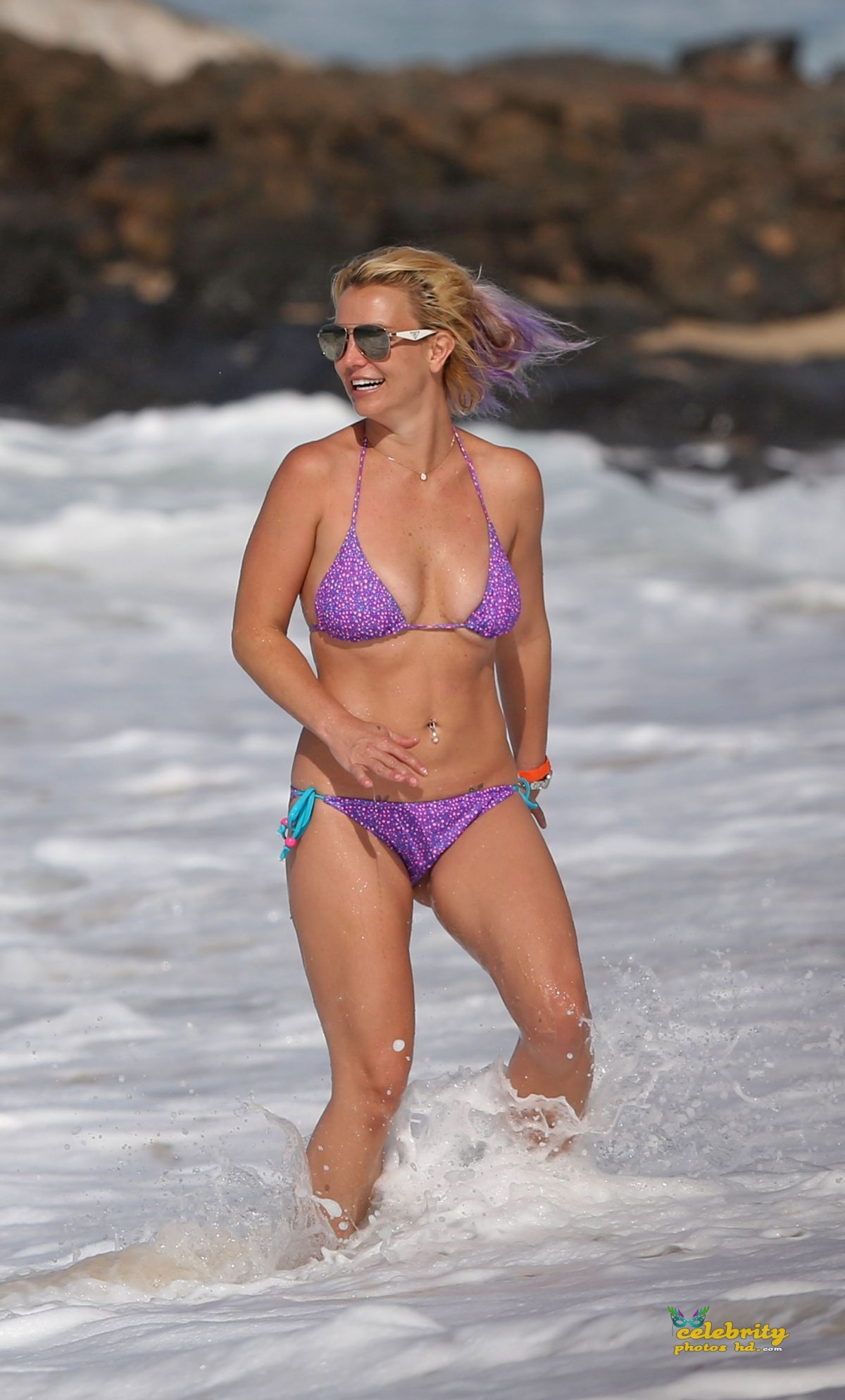 britney-spears-in-bikini-at-a-beach-in-hawaii-07-23-2015_8