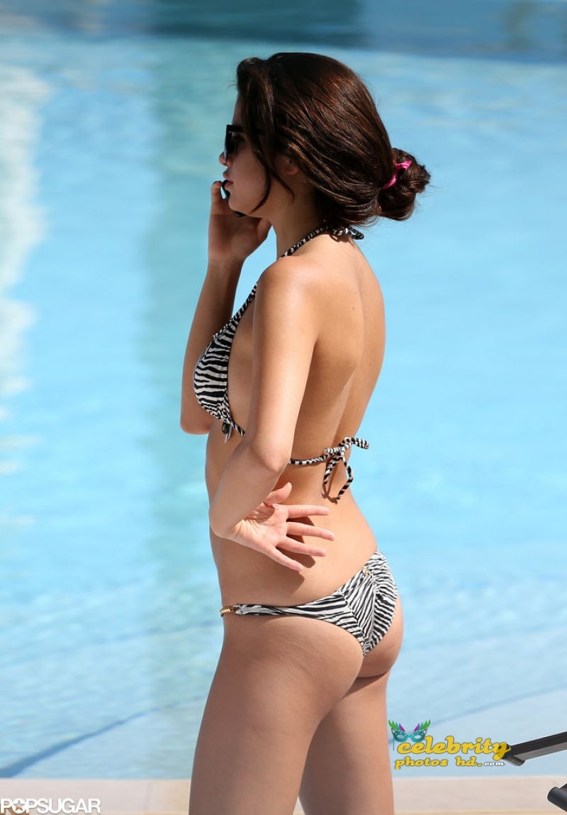 selena-gomez-in-a-bikini-miami-photos-15