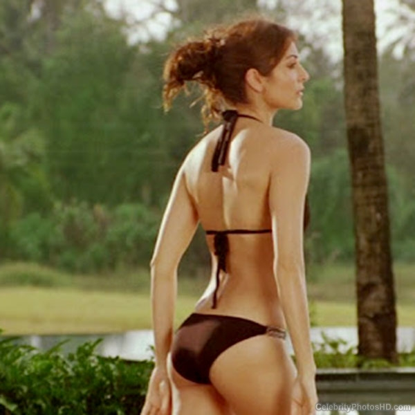 anushka-sharma-flaunting-her-sexy-back-in-black-bikini-201607-762012