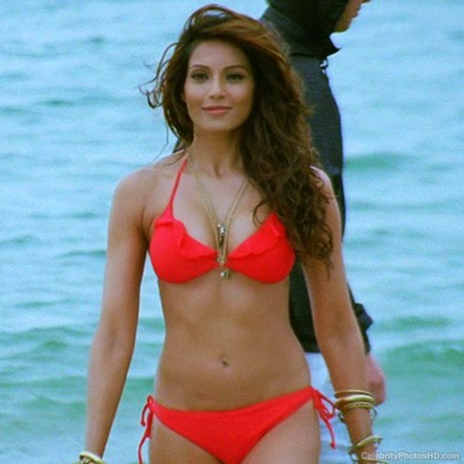 bipasha-basu-poses-in-red-bikini-201605-1464342384