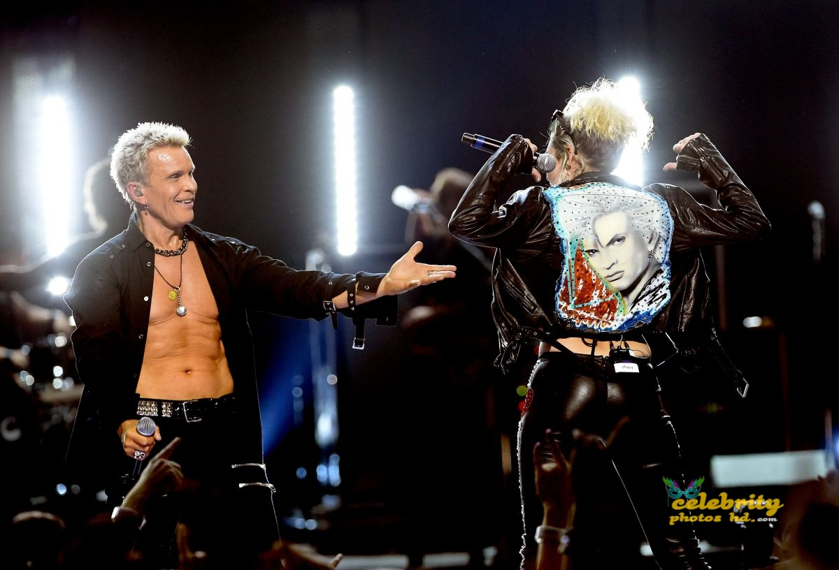 miley-cyrus-joins-billy-idol-onstage-during-the-iheartradio-festival-_3