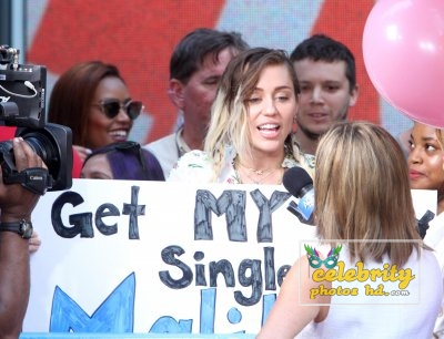 Miley Cyrus arriving at her hotel after promoting Malibu (5)