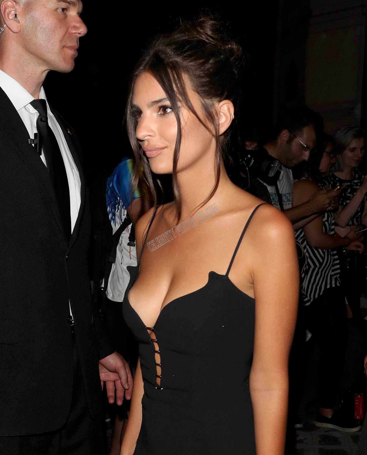 Emily Ratajkowski Looking Hot (1)