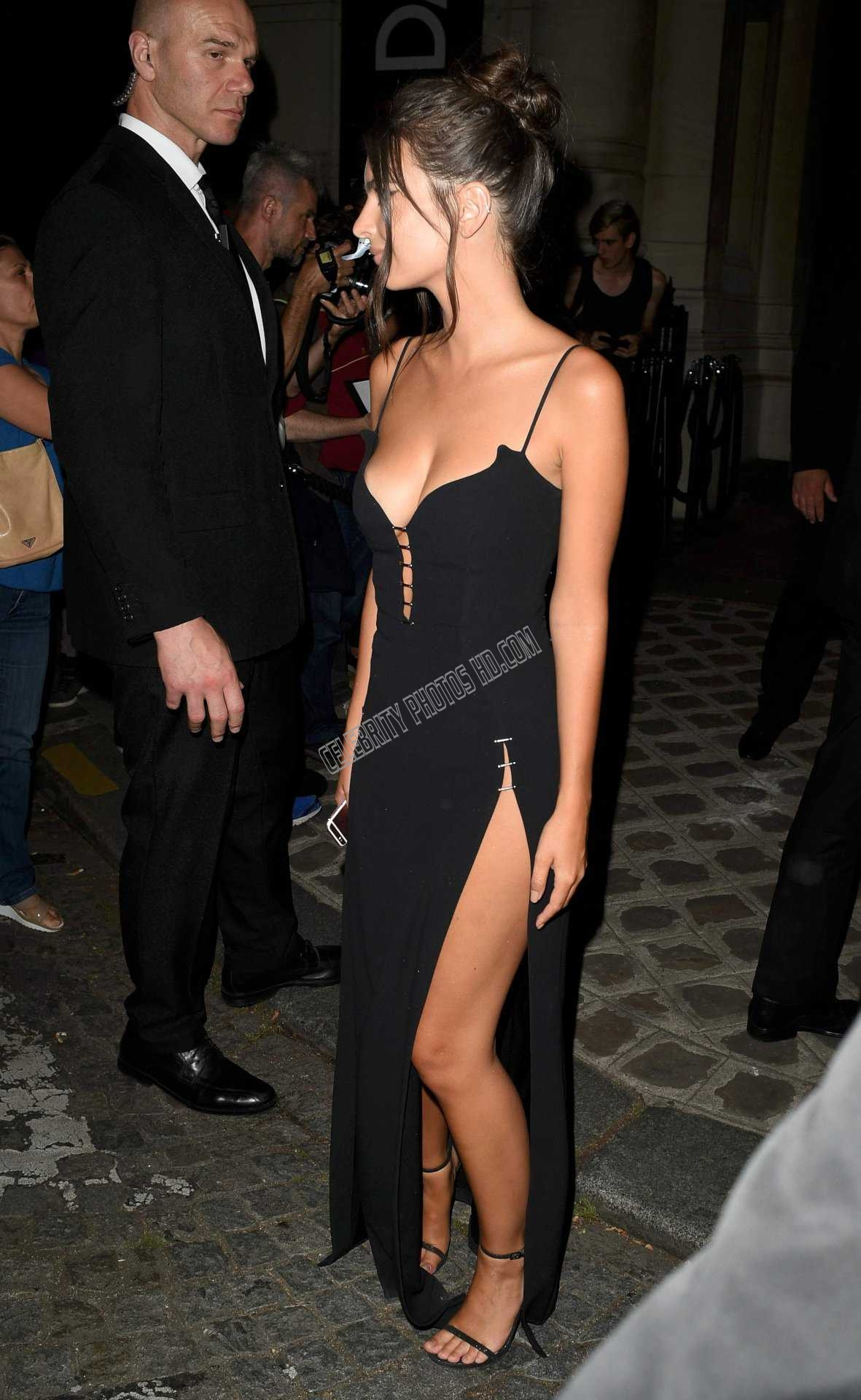 Emily Ratajkowski Looking Hot (2)