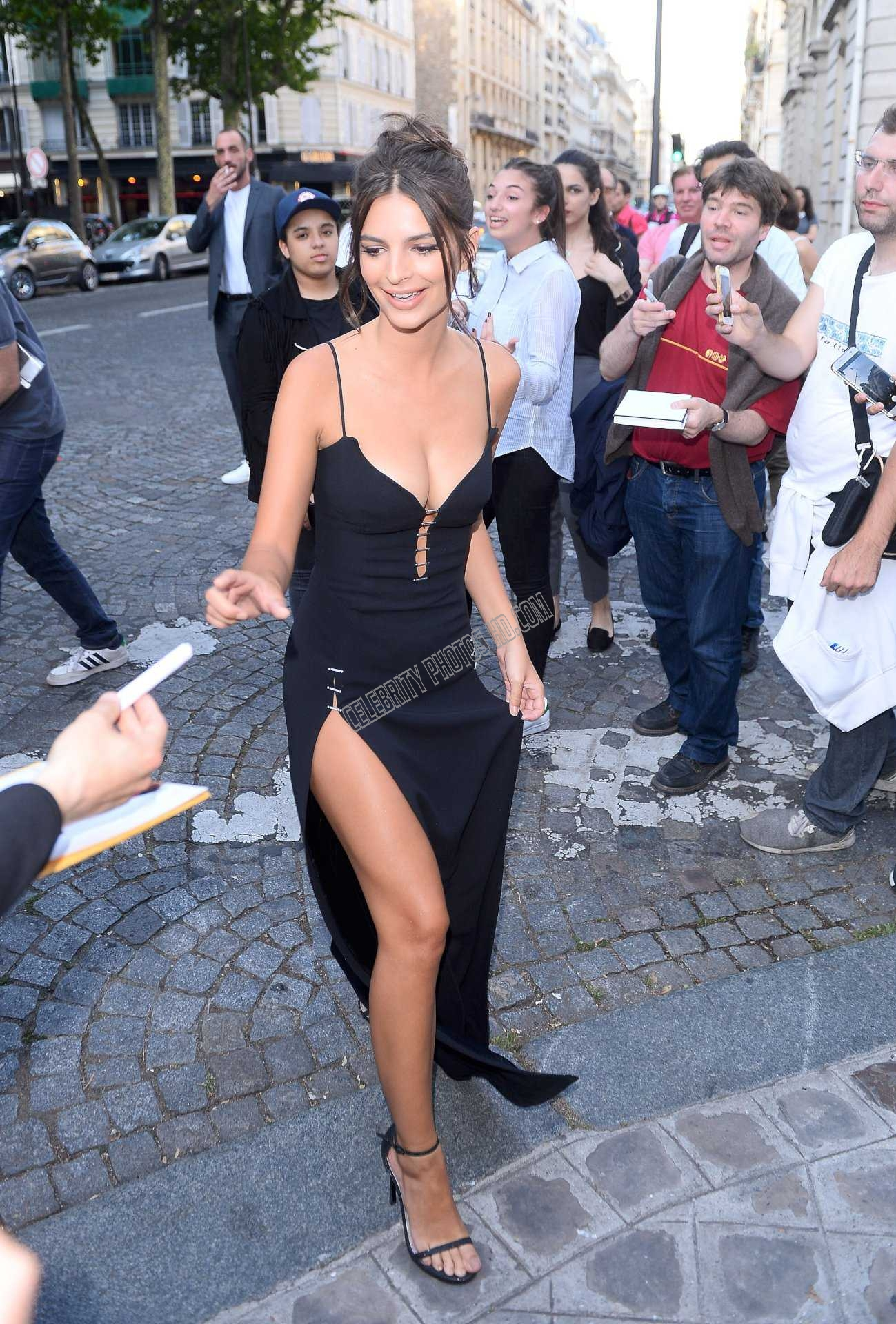 Emily Ratajkowski Looking Hot (3)
