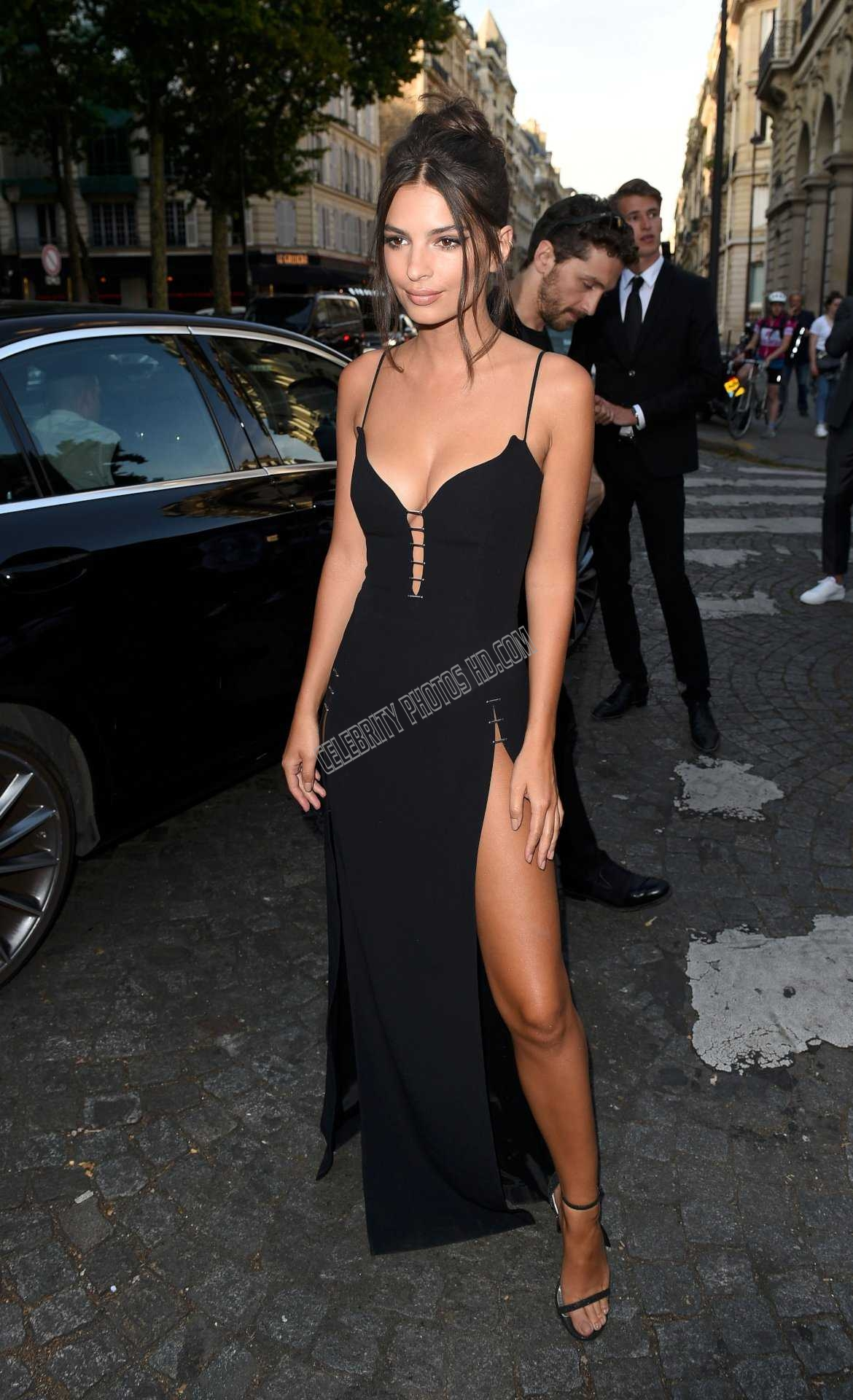 Emily Ratajkowski Looking Hot (6)