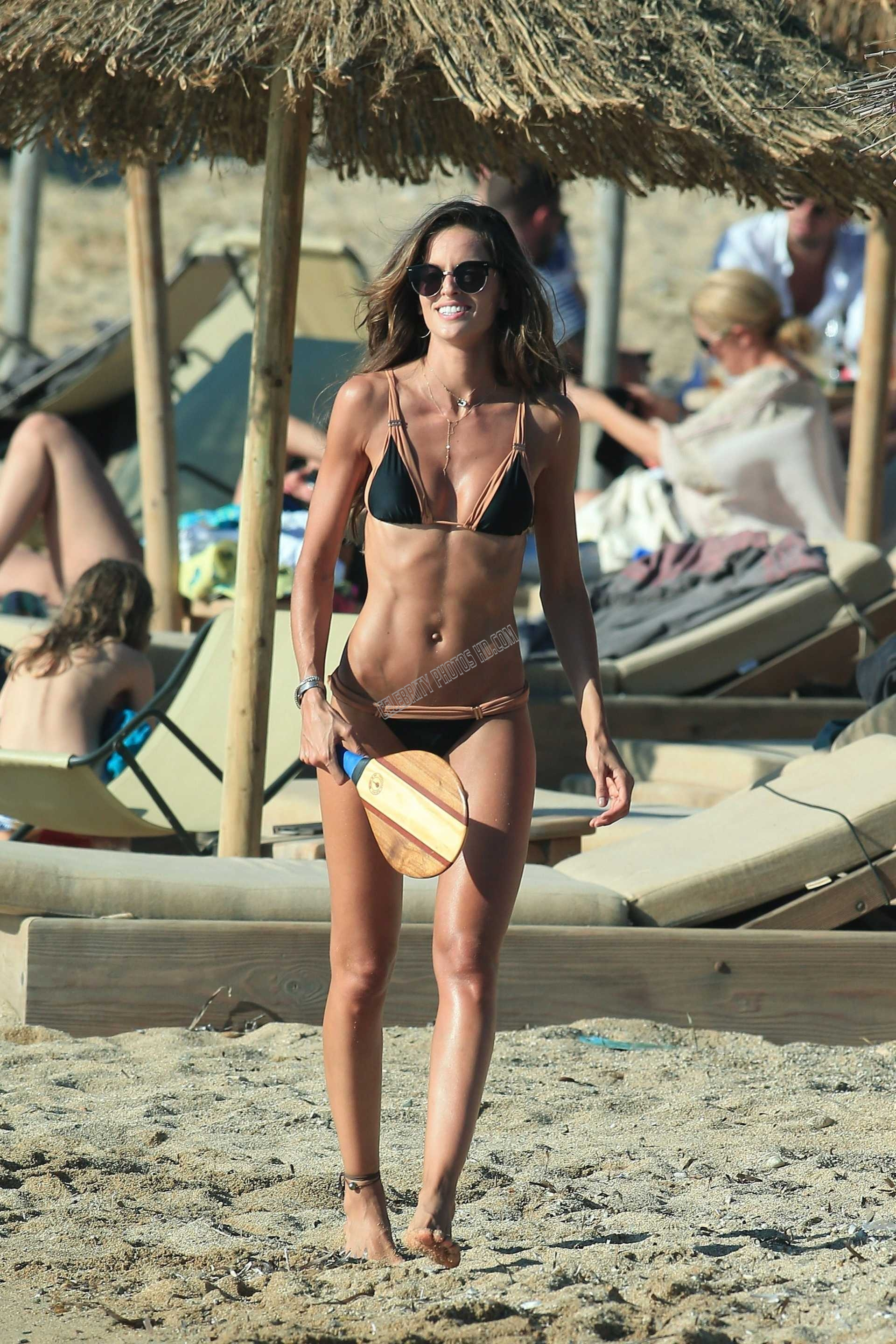 Izabel Goulart Bikini Photo (7)