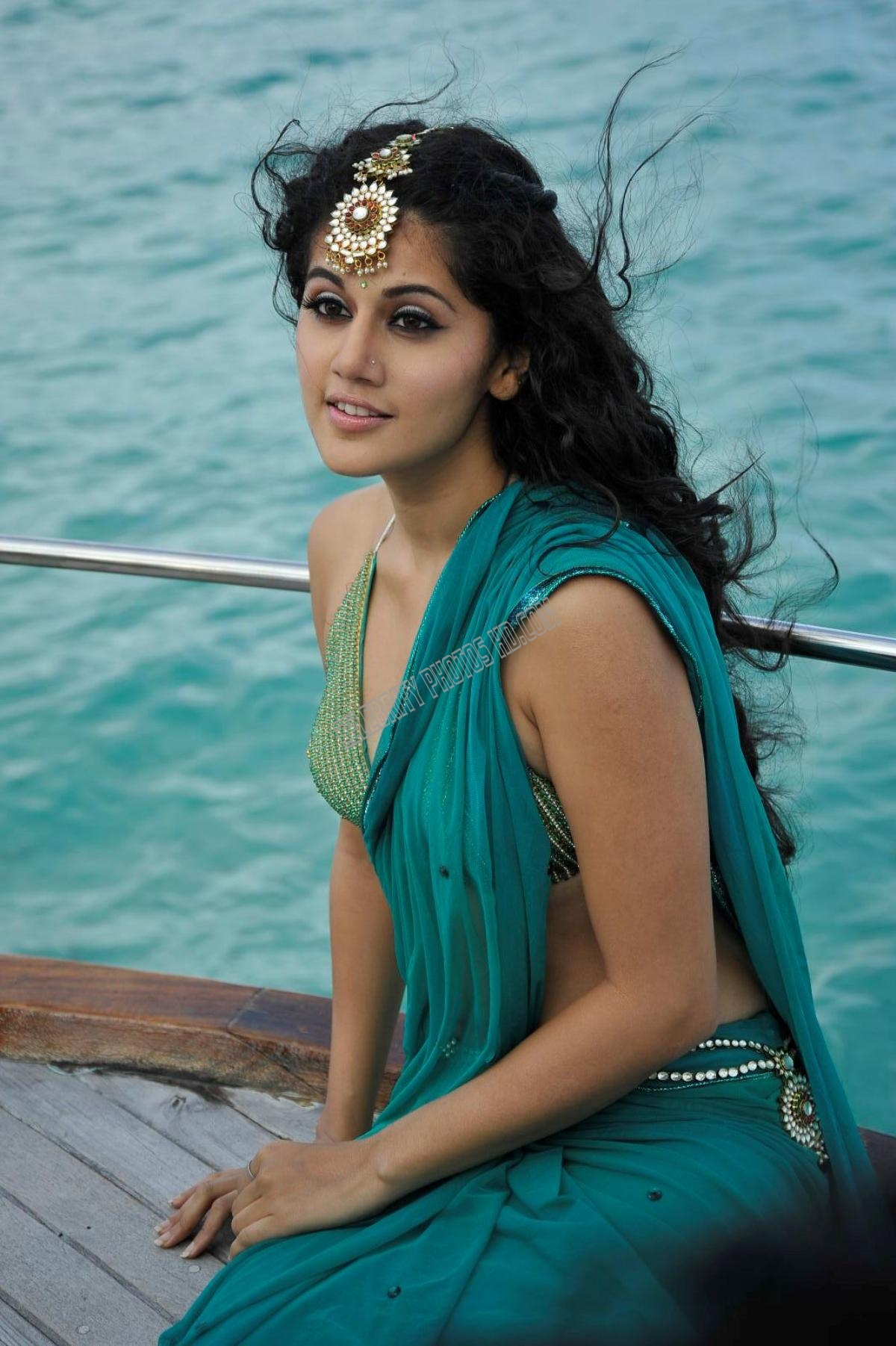 Taapsee Pannu Hot Navel Photos (1)