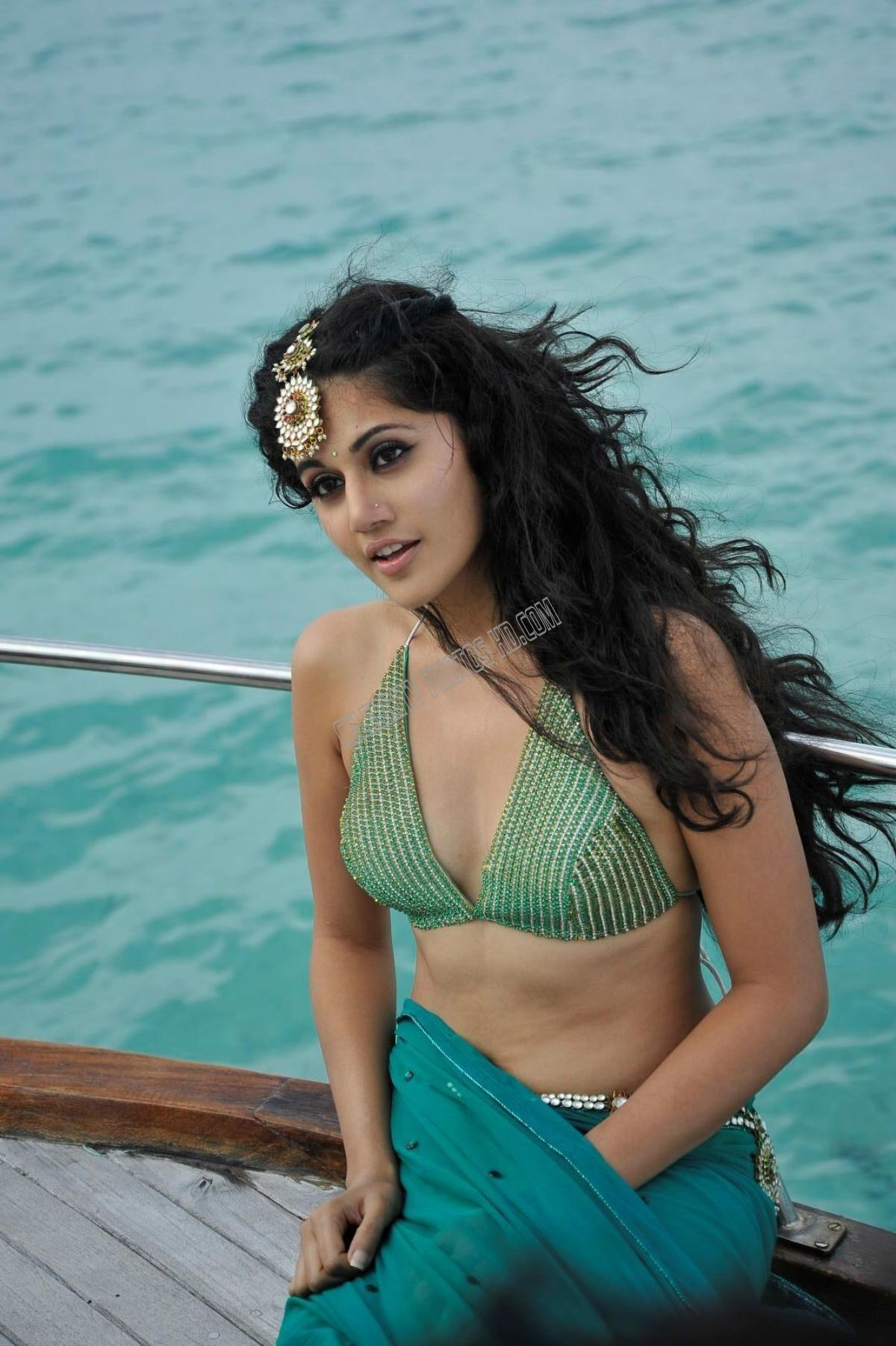 Taapsee Pannu Hot Navel Photos (5)