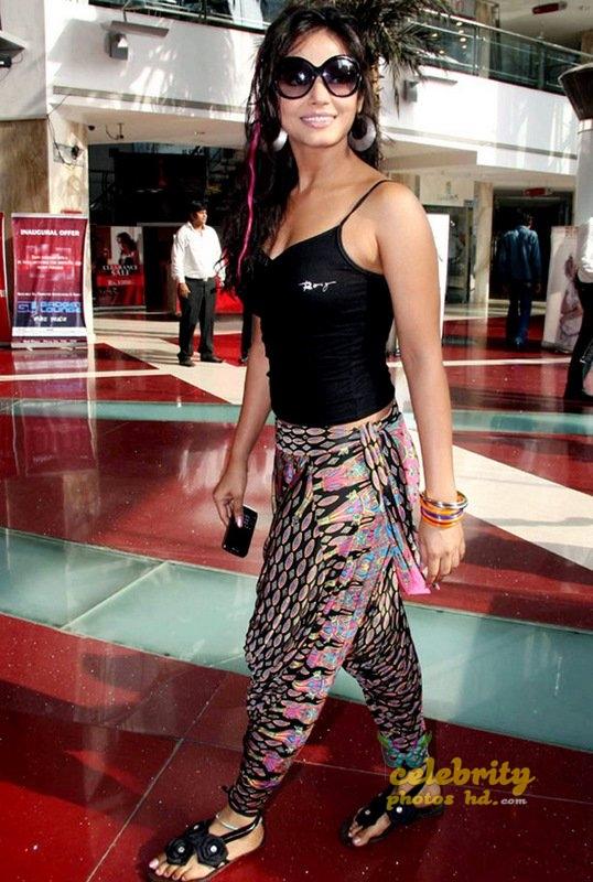 Stunning Neetu Chandra (2)