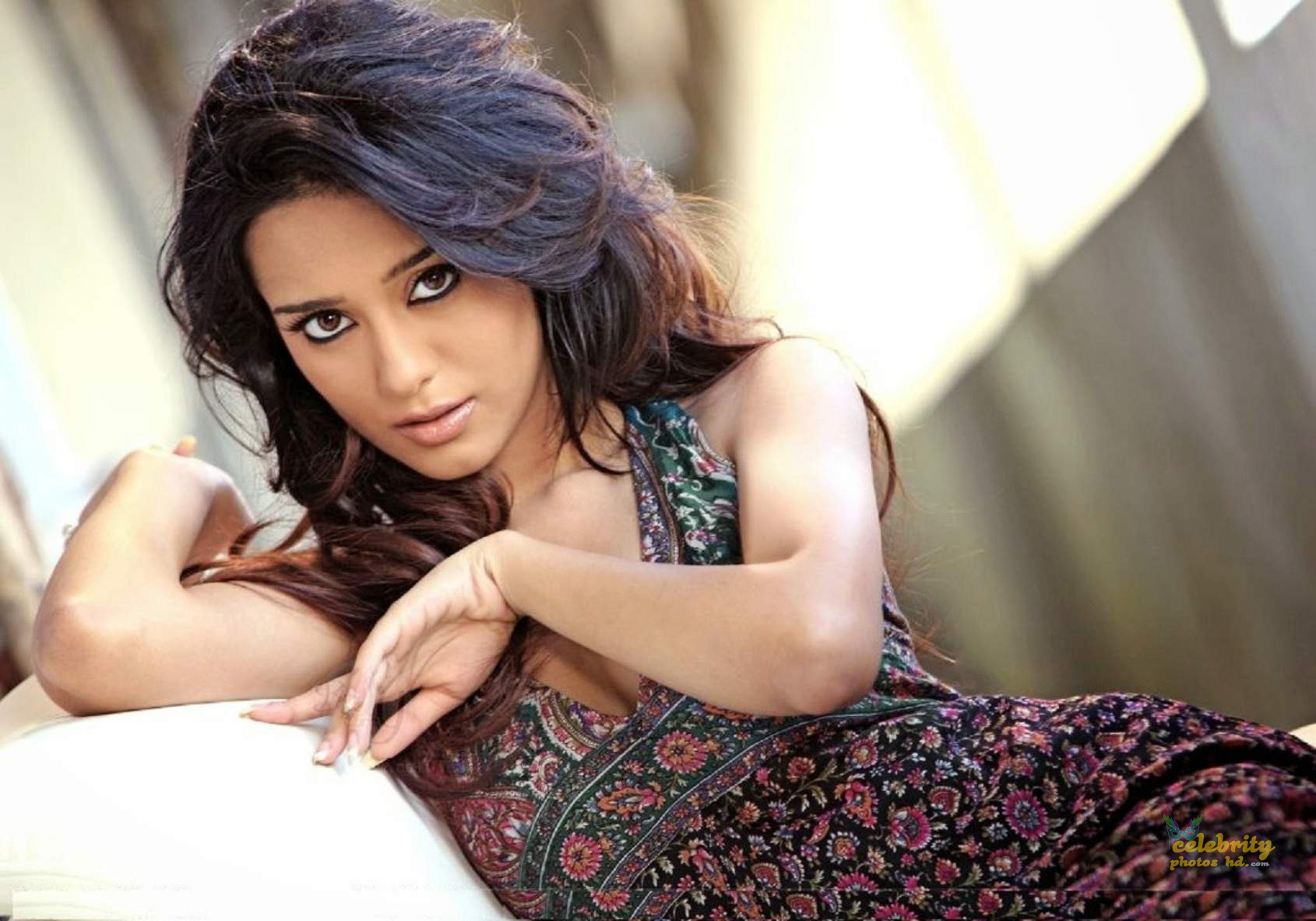 Bollywood Actress Amrita Rao New Photos (6)