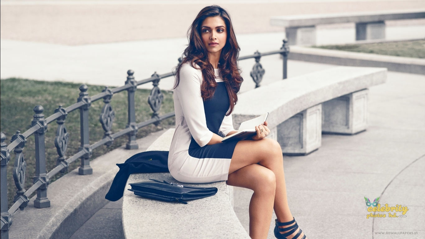 Bollywood Super Hot Actress Deepika Padukone (2)