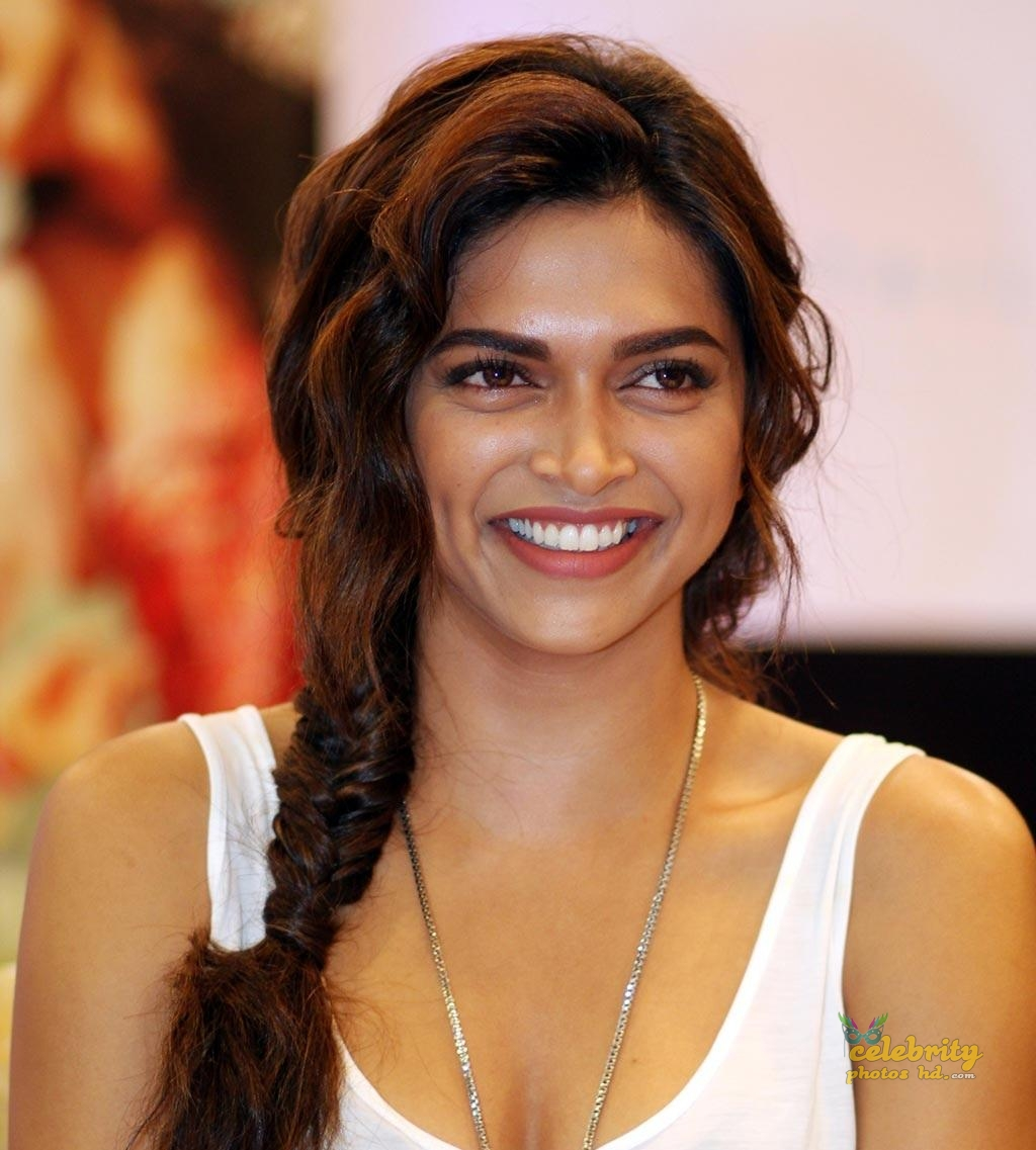 Bollywood Super Hot Actress Deepika Padukone (7)