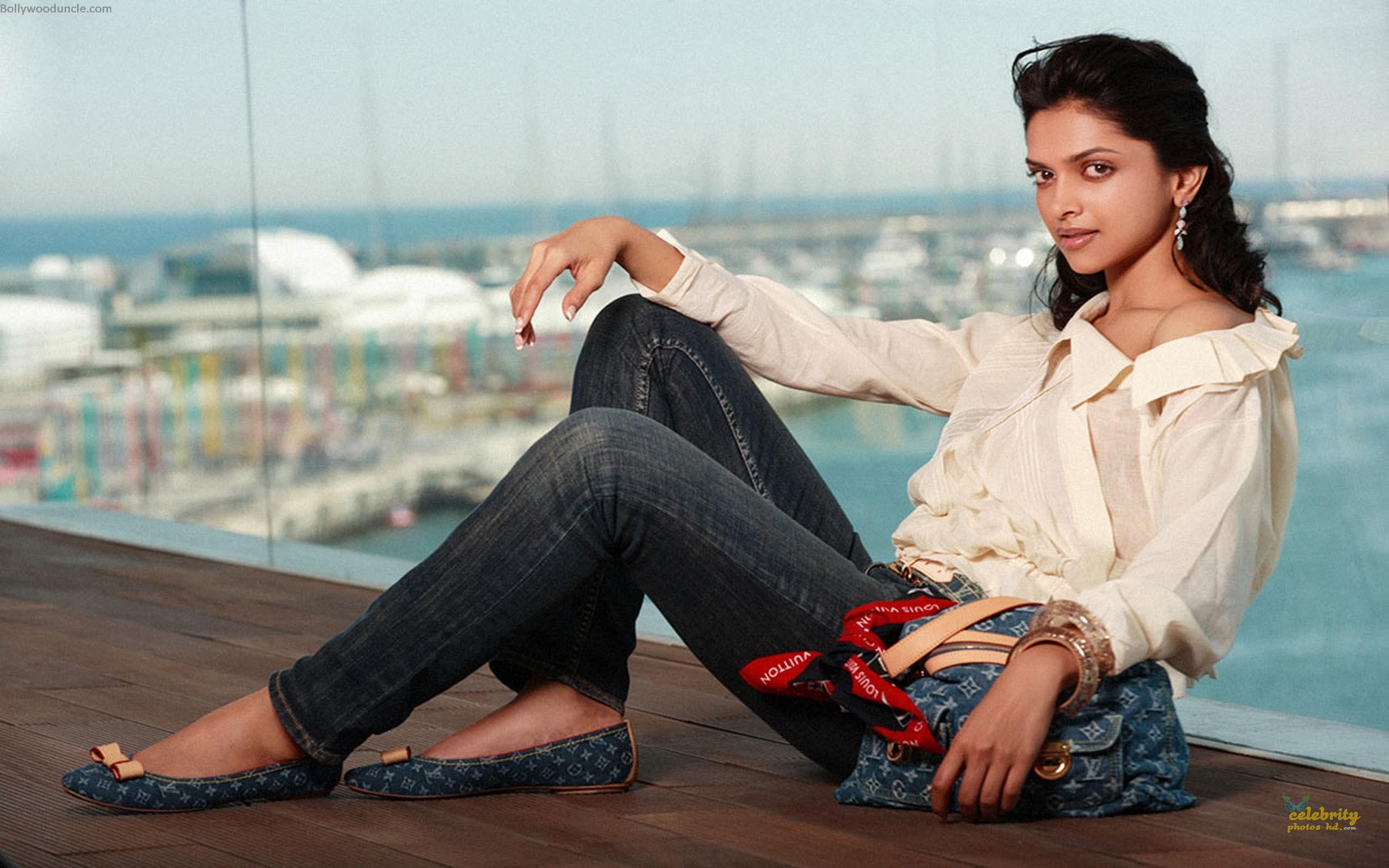Bollywood Super Hot Actress Deepika Padukone (5)