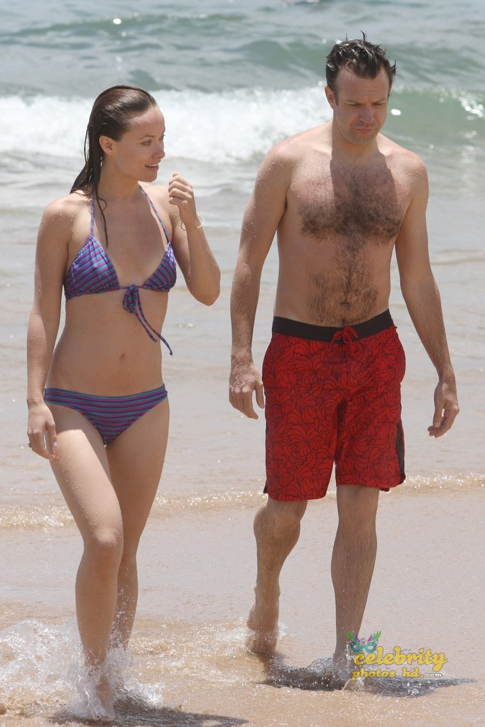 Olivia Wilde Bikini Pictures Kissing Jason Sudeikis Hawaii (1)