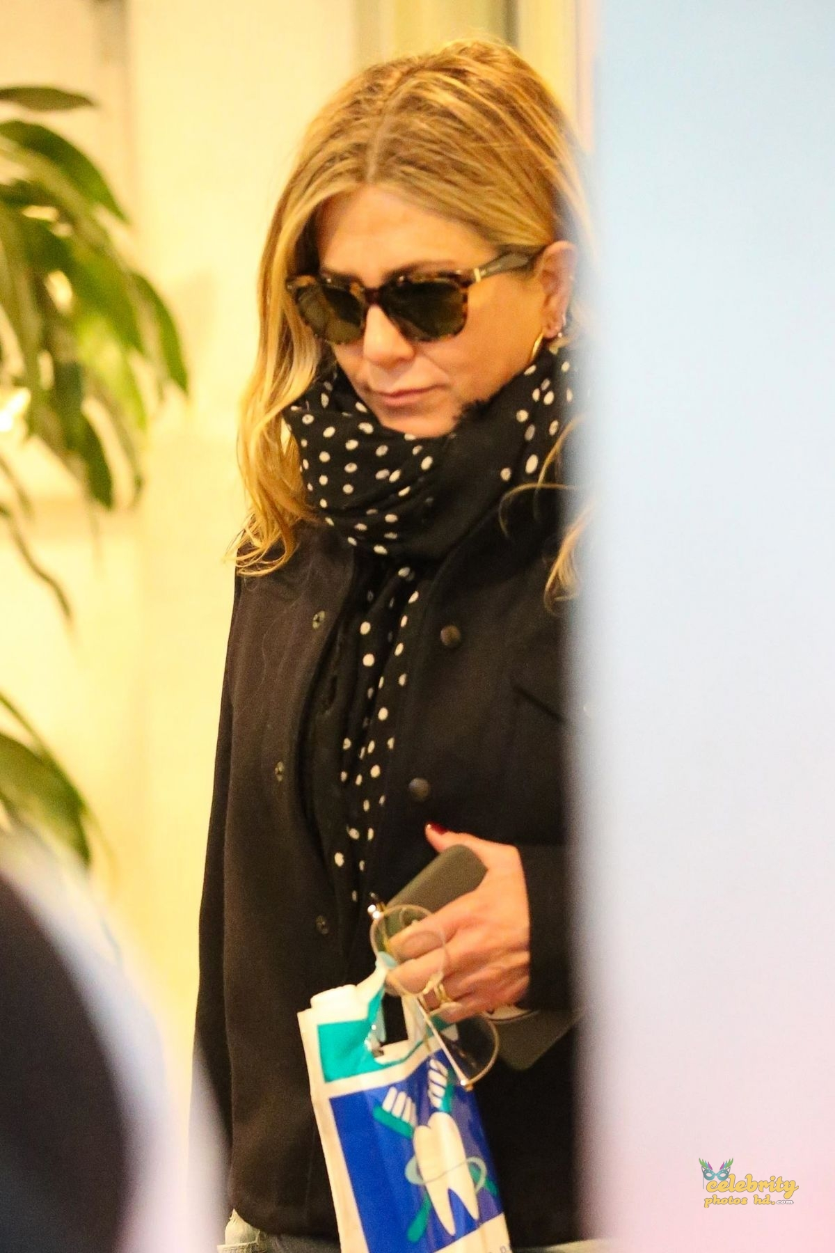 JENNIFER ANISTON Out Shopping in Los Angeles photo's (1)